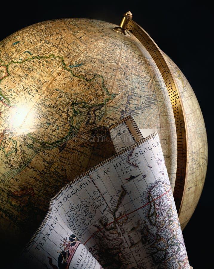 Globe et carte antiques du monde photos libres de droits