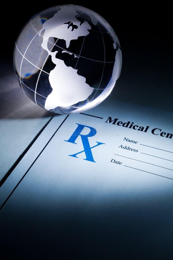 Globe et médecine de prescription photographie stock