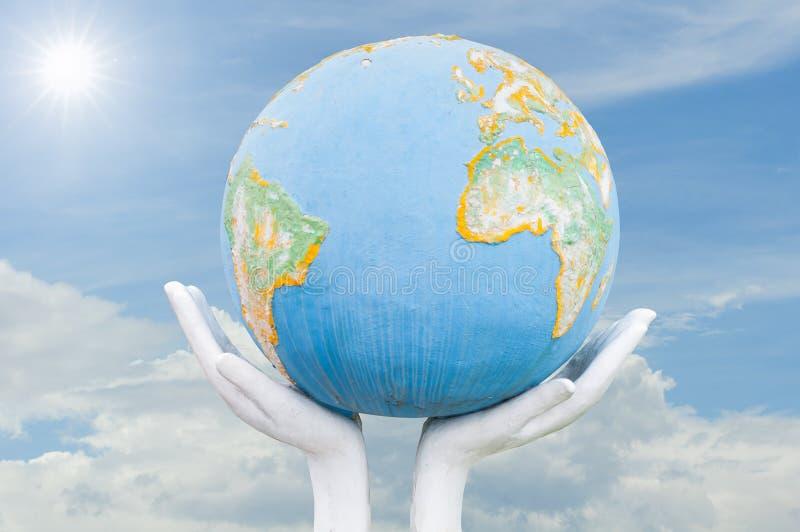 Globe, la terre dans la main humaine photographie stock libre de droits