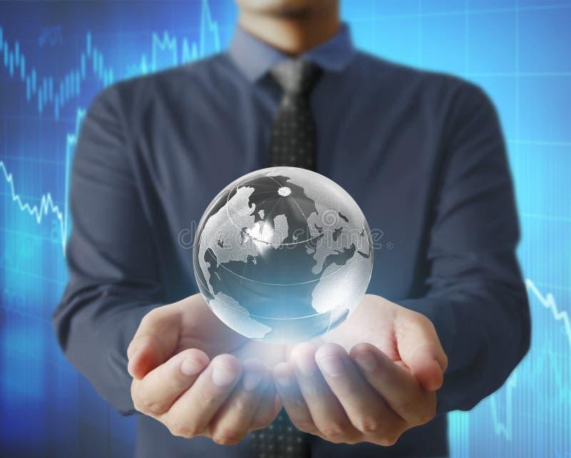 Globe, la terre dans la main humaine tenant notre rougeoyer de la terre de planète Ea image libre de droits