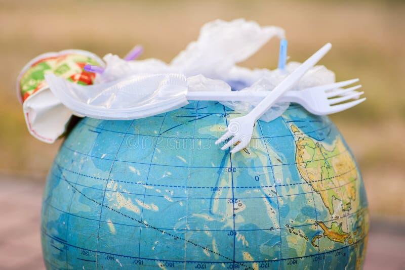 Globe piena di spazzatura in plastica Concetto di inquinamento provocato da rifiuti di plastica Contaminazione terrestre fotografia stock