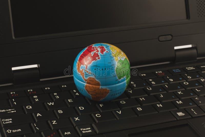 Globe sur le clavier photos stock