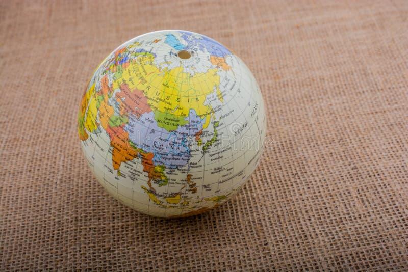 Download Globe Sur Un Fond Brun De Tissu Image stock - Image du blanc, global: 87706403