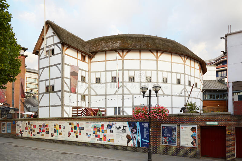 The Globe-Theater, leere Straße in London lizenzfreies stockfoto