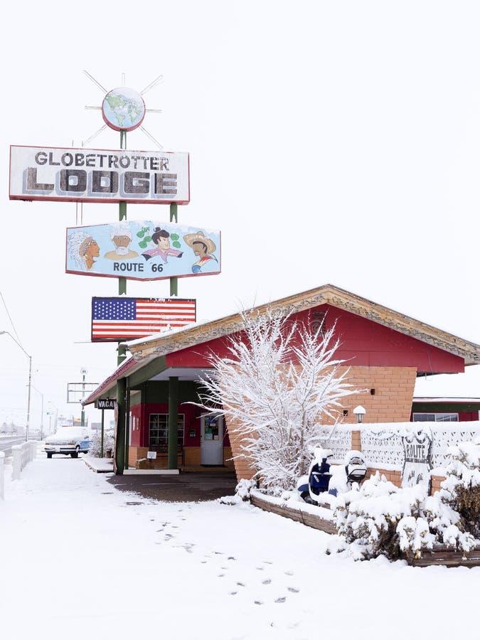Globetrotter Lodge's-Weinlesezeichen und Hauptgebäude auf Weg 66 in Holbrook unter einer Schicht frischem Schnee stockfotos