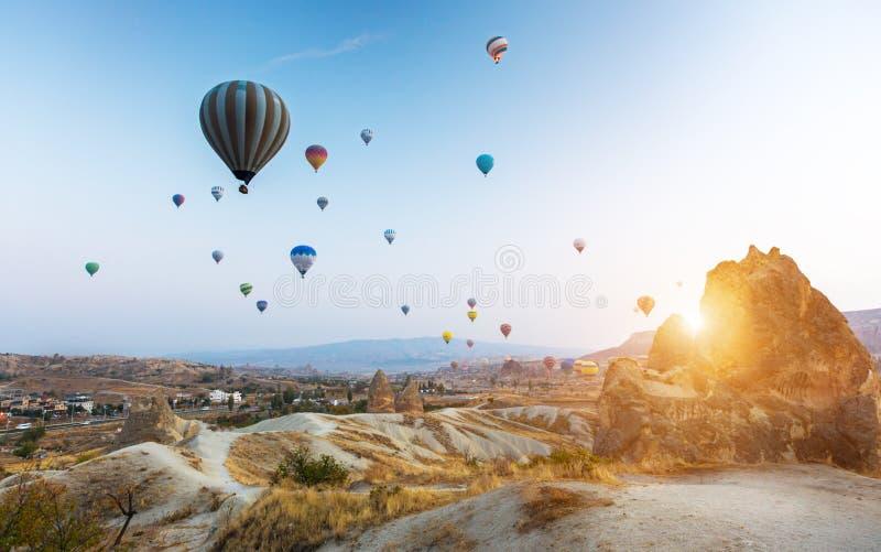 Globo aerostático sobrevolando Cappadocia, Turquía fotografía de archivo libre de regalías