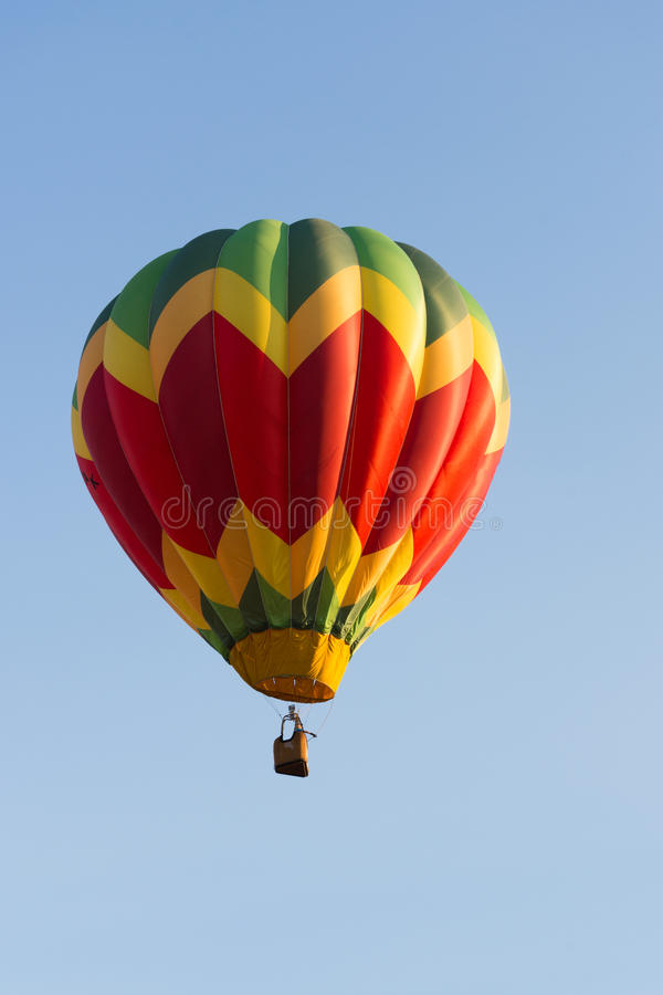 Globo amarillo, rojo y verde en vuelo fotografía de archivo libre de regalías