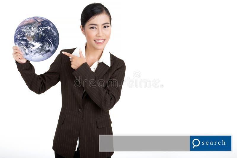 Globo asiático da posse da mulher de negócio com gráfico do Search Engine Eleme fotos de stock royalty free