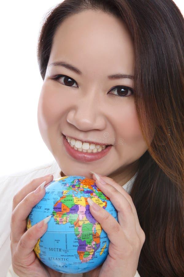 Globo asiático da terra arrendada da mulher foto de stock