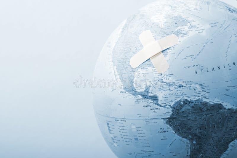 Globo azul com ataduras fotos de stock