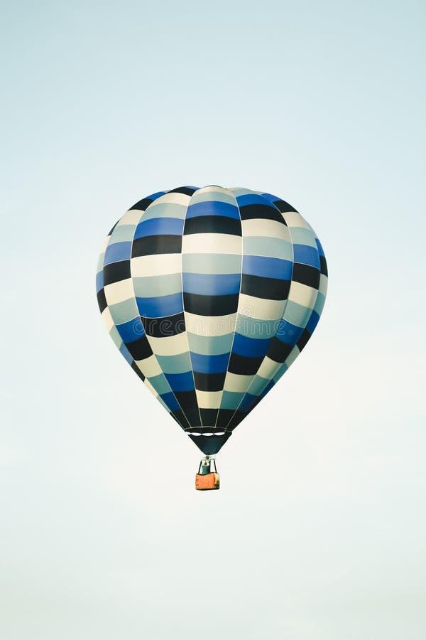 Globo azul del aire caliente en el cielo claro foto de archivo libre de regalías
