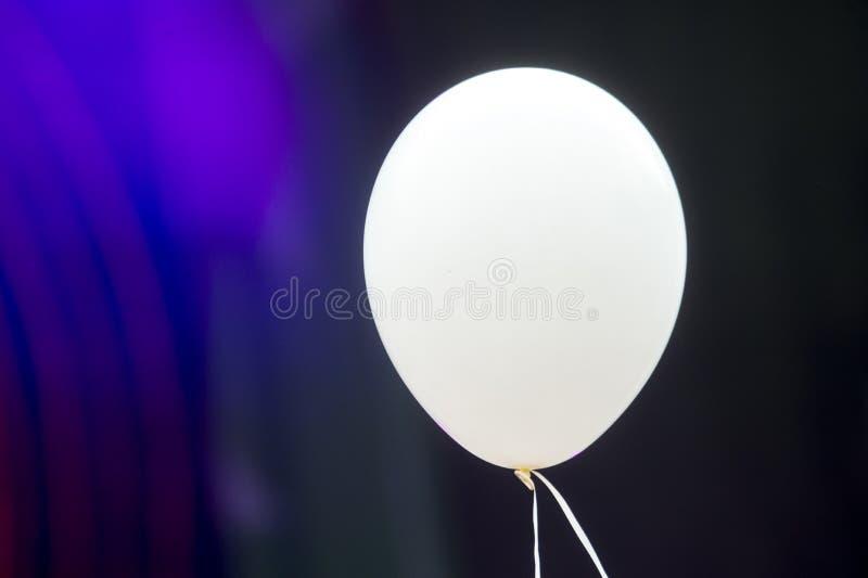 Globo blanco del helio del espacio en blanco en una secuencia blanca que flota en Mid Air foto de archivo libre de regalías