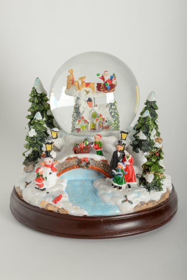 Globo bonito da neve com decorações do Natal foto de stock royalty free