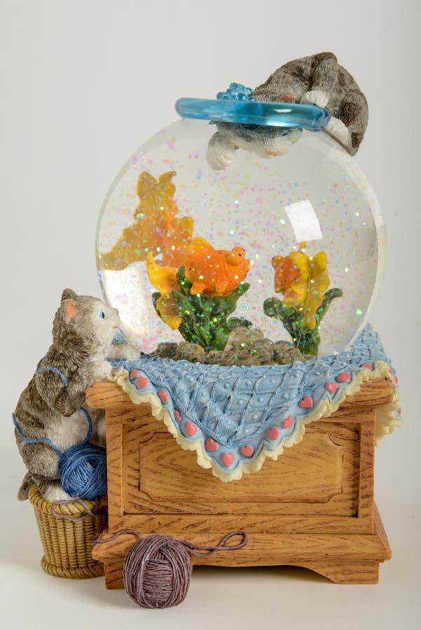 Globo bonito da neve com os gatos peixes imagens de stock royalty free