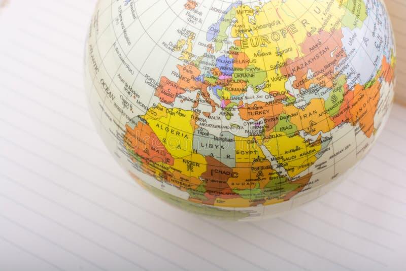 Globo colocado en el papel de linde imagenes de archivo