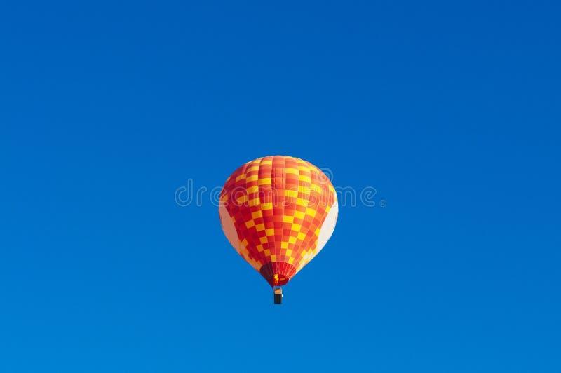 Globo colorido del aire caliente que flota en cielo azul claro con la copia s foto de archivo libre de regalías