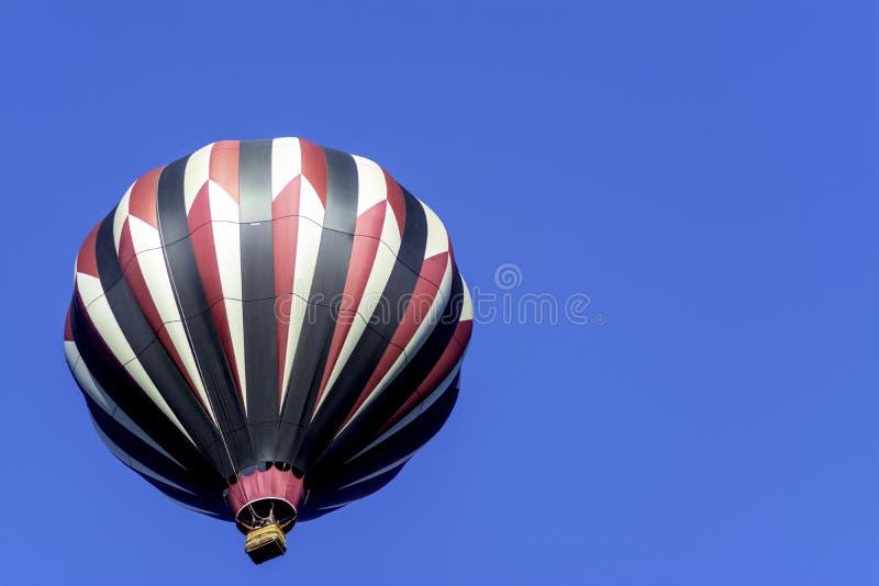 Globo colorido y cielo azul profundo fotos de archivo libres de regalías