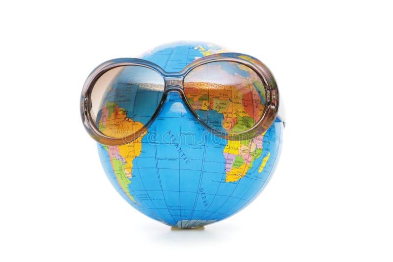 Globo con las gafas de sol aisladas foto de archivo