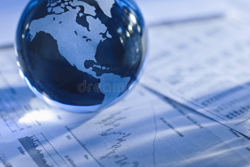 Globo con los papeles financieros imagen de archivo libre de regalías