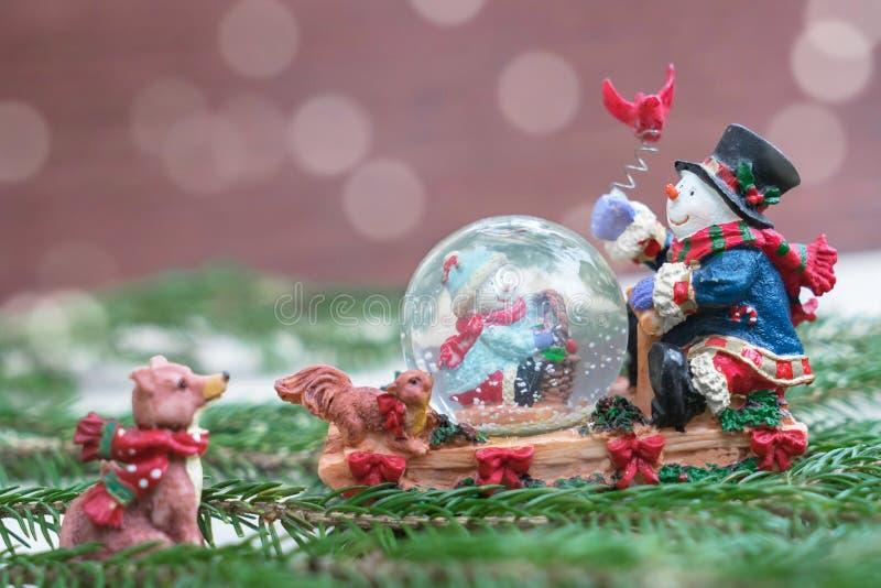 Globo da neve do Natal com bonecos de neve felizes fotografia de stock