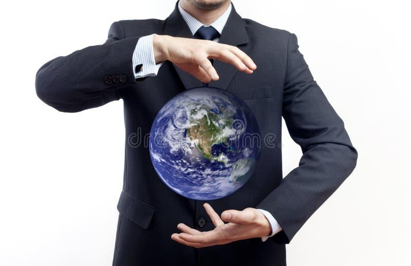 Globo da terra arrendada do homem de negócios foto de stock royalty free