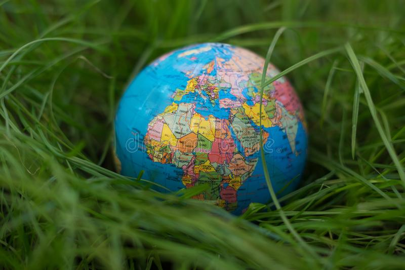 Globo da terra sobre a grama fotos de stock royalty free