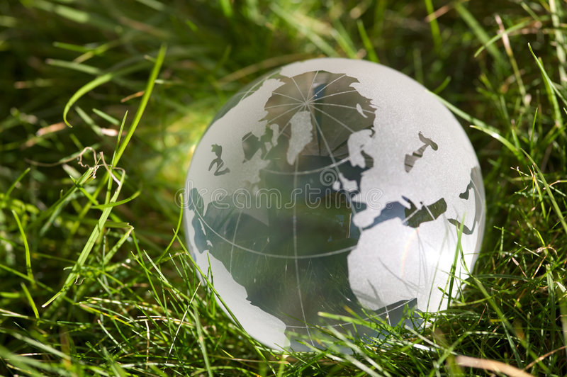 Globo de cristal en hierba fotografía de archivo libre de regalías