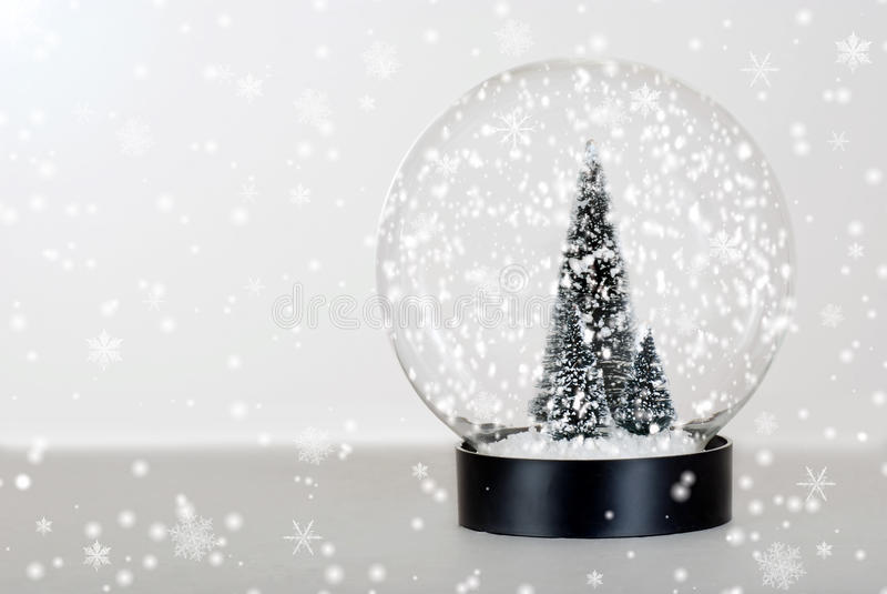 Globo de la nieve del árbol de navidad foto de archivo