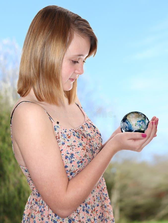 Globo de la tierra del planeta del control de la muchacha fotos de archivo