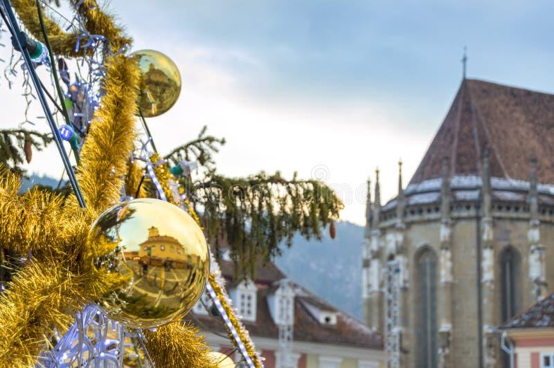 Globo de oro con la reflexión del edificio de ayuntamiento y de la iglesia negra imágenes de archivo libres de regalías