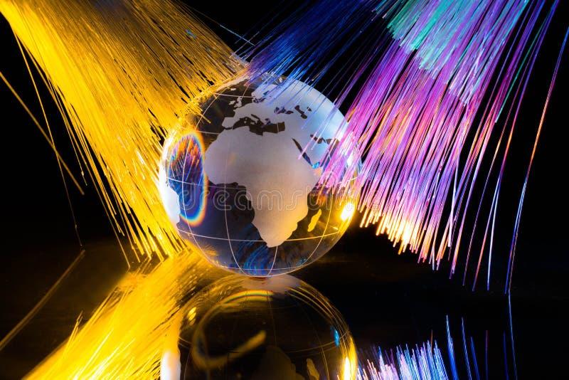 Globo de vidro contra o fundo da fibra ótica foto de stock