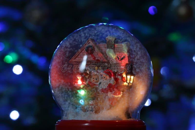 Globo de vidro da neve com Santa Claus e a lanterna Brinquedo do Natal imagem de stock