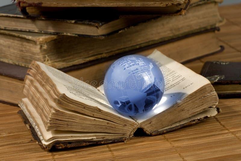 Globo de vidro e o livro velho fotos de stock