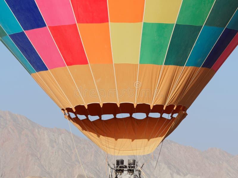 Globo del aire caliente como se infla para el vuelo, la opinión del primer de la textura colorida y el motor de la hornilla del f fotos de archivo libres de regalías