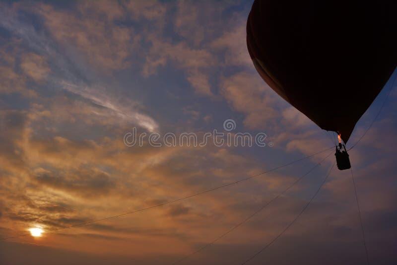 Globo del aire caliente con salida del sol fotos de archivo libres de regalías