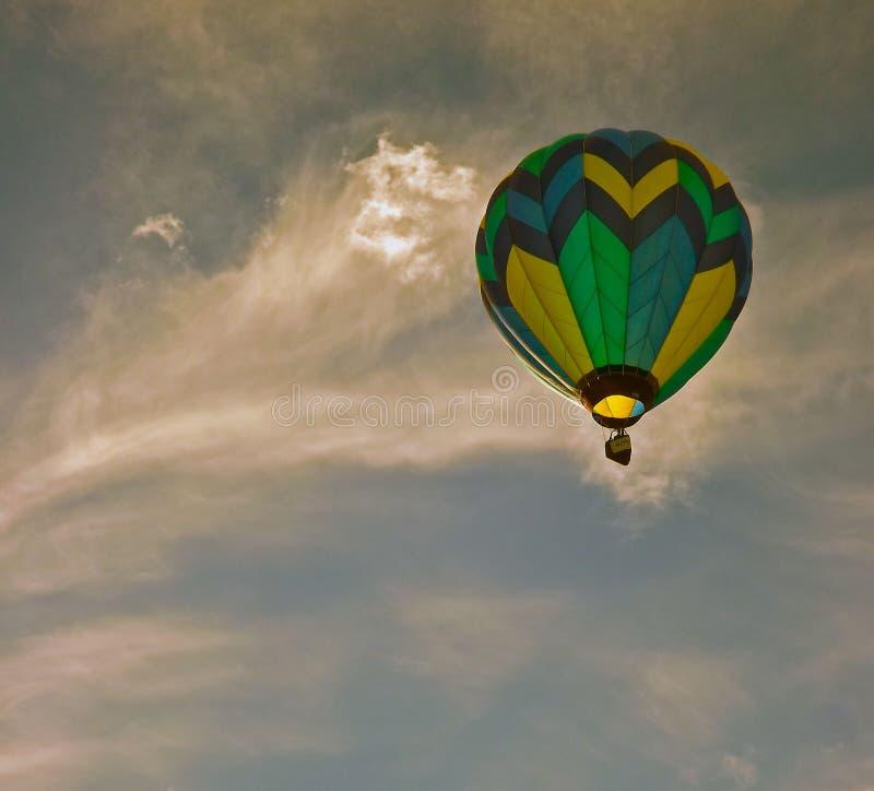 Globo del aire caliente contra el cielo dramático imagenes de archivo