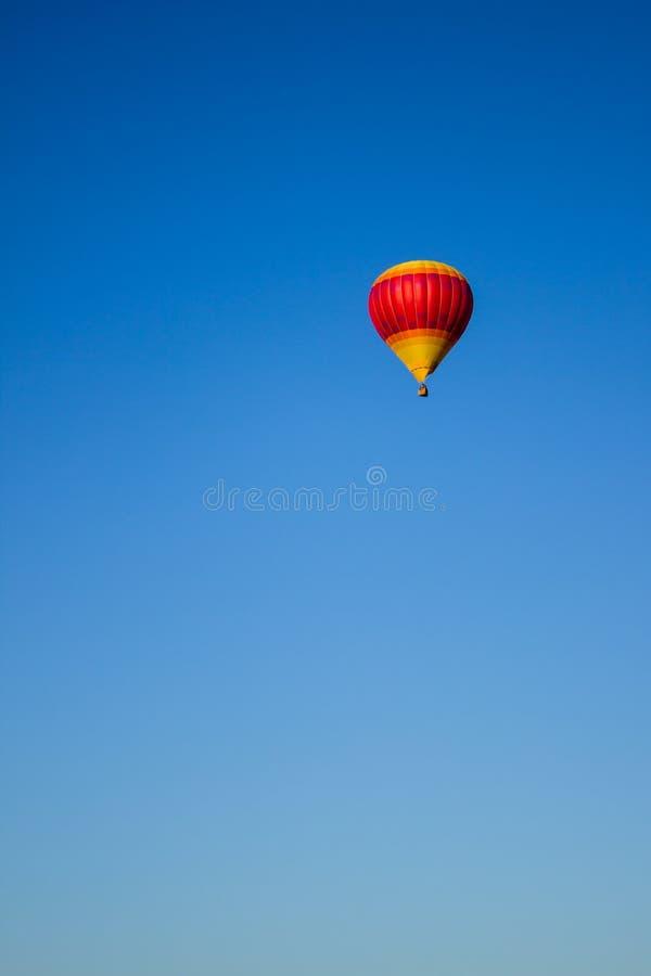 Globo del aire caliente del amarillo y del rosa fotografía de archivo