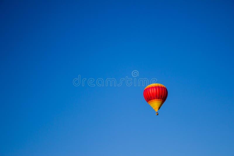 Globo del aire caliente del amarillo y del rosa fotos de archivo