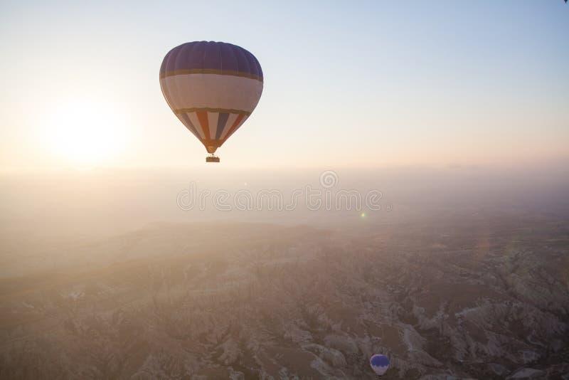 Globo del aire caliente en Cappadocia foto de archivo