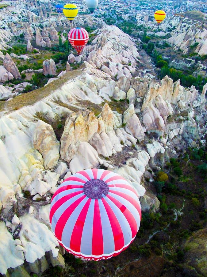 Globo del aire caliente en Cappadocia imagenes de archivo