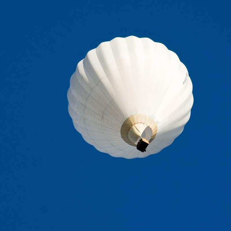 Globo del aire caliente en cielo azul imagen de archivo