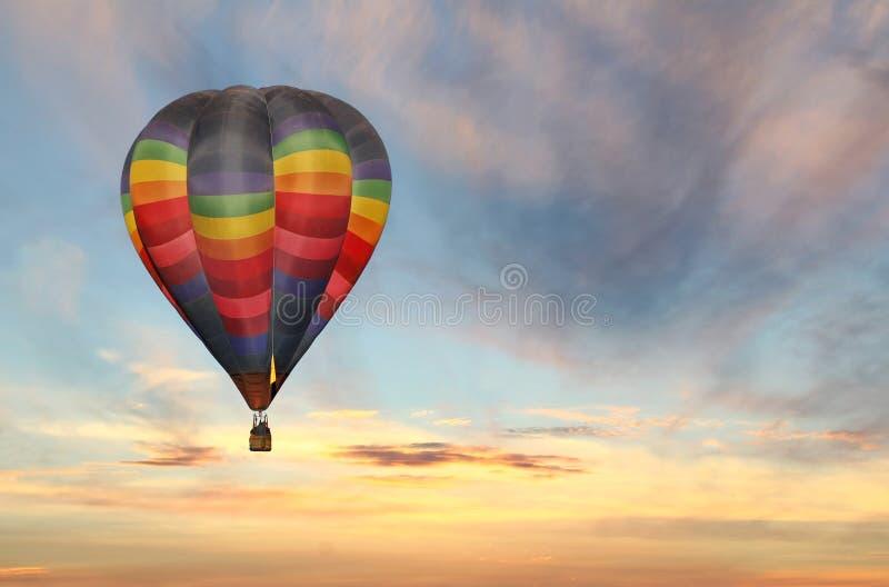Globo del aire caliente en cielo colorido de la salida del sol foto de archivo