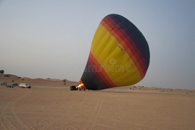 Globo del aire caliente en el desierto, Dubai UAE fotos de archivo