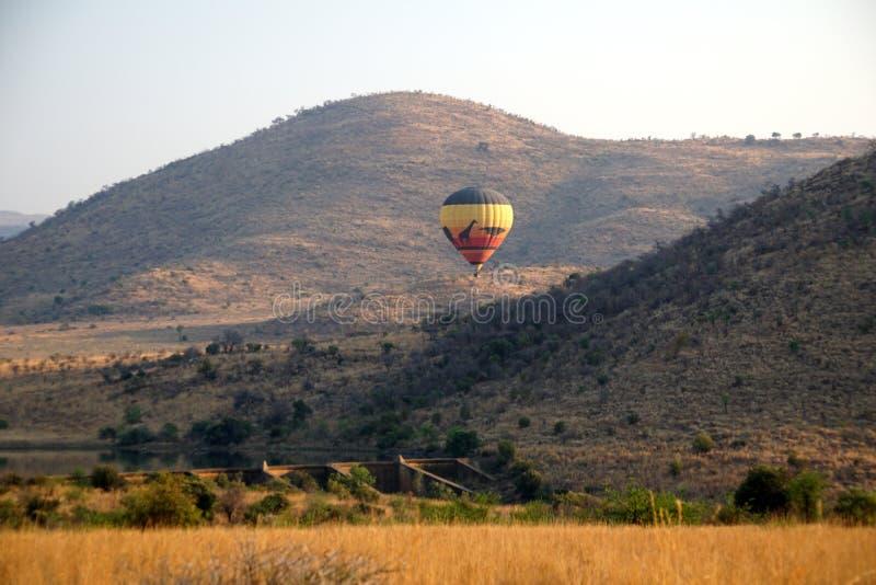 Globo del aire caliente en el parque nacional de Pilanesberg fotografía de archivo libre de regalías