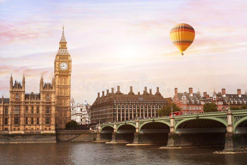 Globo del aire caliente en Londres, hermosa vista de Big Ben foto de archivo libre de regalías