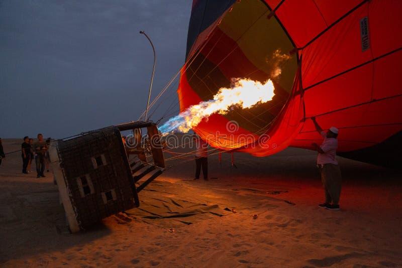 Globo del aire caliente que es inflado y que se prepara para el vuelo imagen de archivo