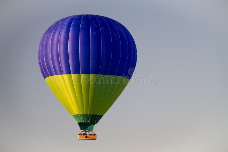 Globo del aire caliente que vuela el cielo del pavo imagen de archivo