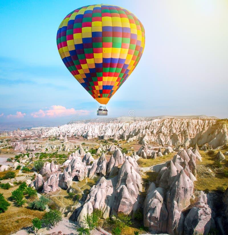 Globo del aire caliente que vuela sobre Cappadocia, Turquía foto de archivo