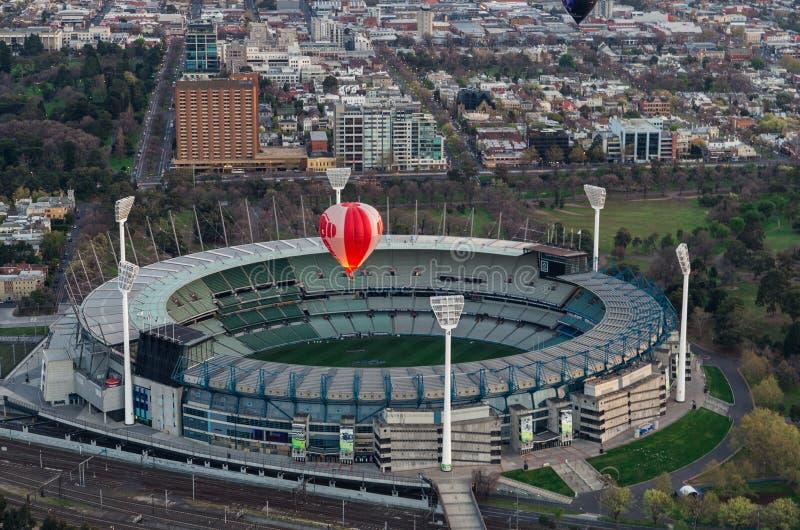 Globo del aire caliente sobre la tierra del grillo de Melbourne imagen de archivo libre de regalías