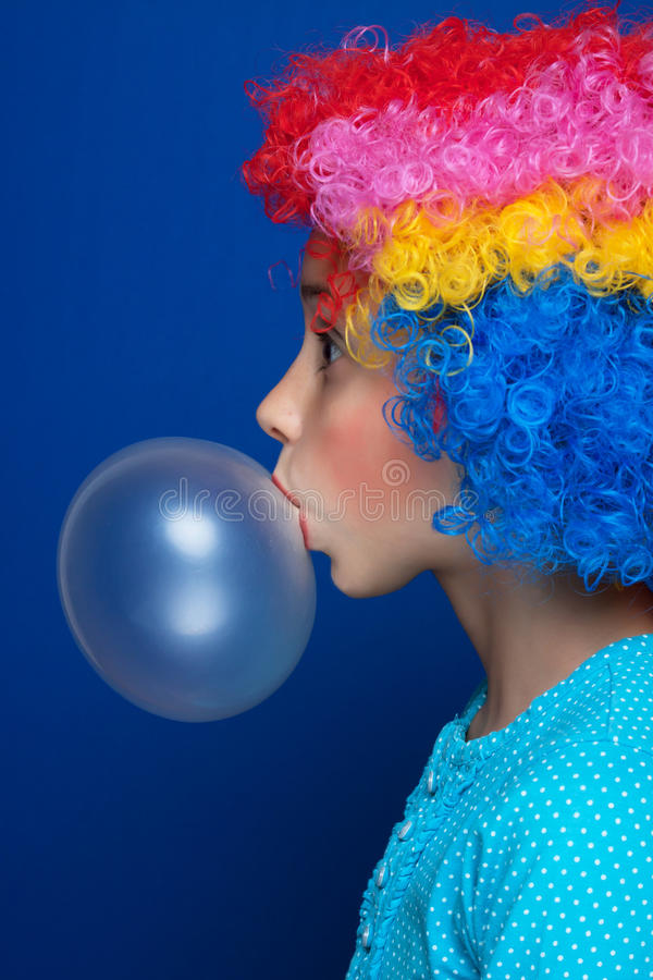 Globo del chicle de globo de la chica joven que sopla fotografía de archivo